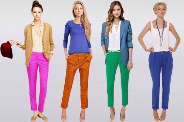 Яркие штаны Чиносы в стильных аутфитах