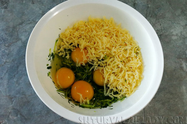 Яйца, сыр, зелень, соломкой кабачок