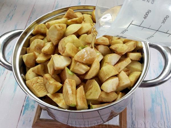 Добавление воды в яблочную нарезку