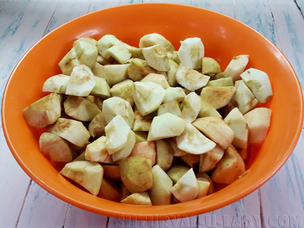 Яблоки кусочками в миске