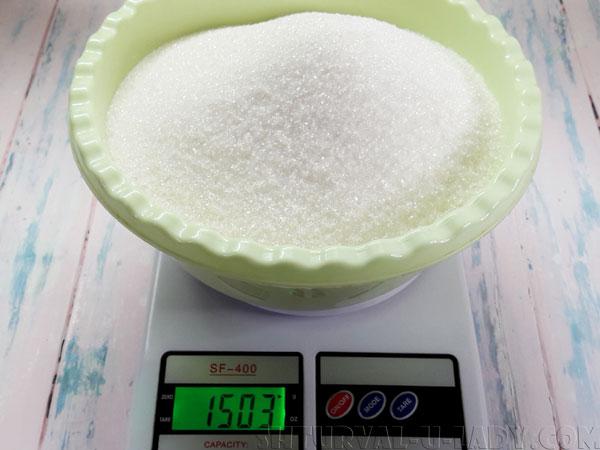 Взвешивание сахара на весах